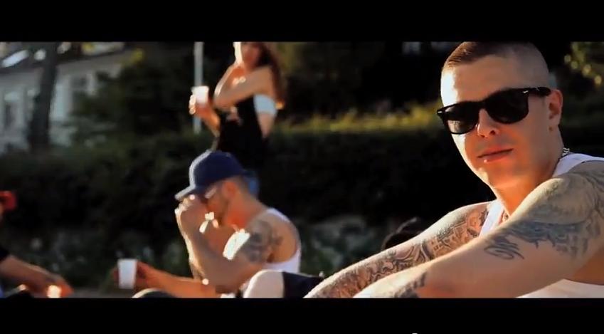 """AchtVier – """"Ein Bisschen"""" (Offizielles Video)"""